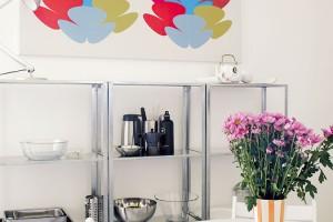 Kuchyň sjídelnou je zařízena zcela jednoduše. Je tu však vše, co rodina potřebuje, aoživení sem vnášejí hlavně barvy doplňků. FOTO ROBERT ŽÁKOVIČ