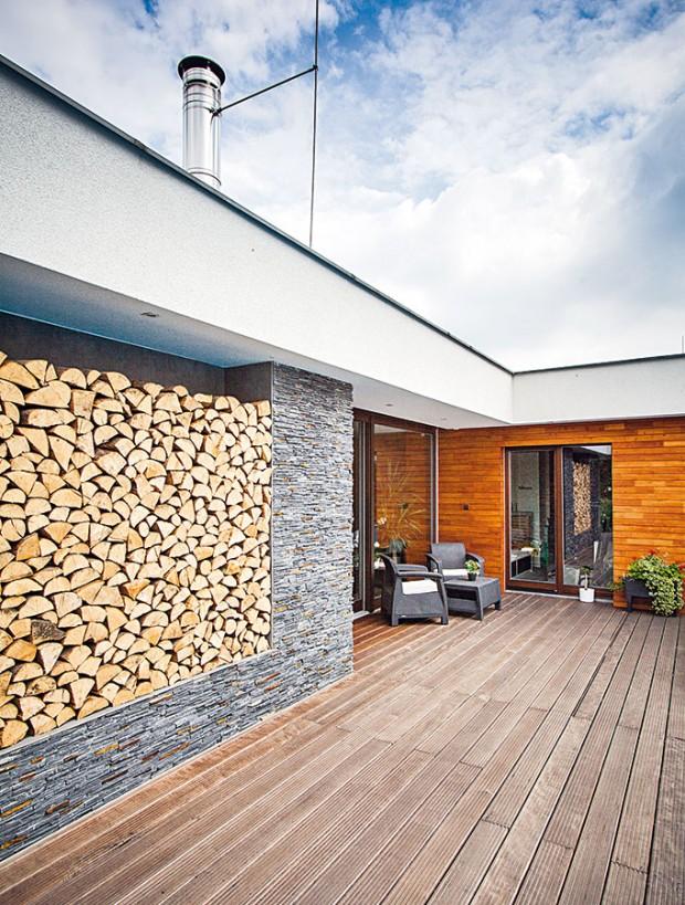 Bílá je barvou hlavní hmoty domu. Noční zónu charakterizuje hřejivý dřevěný obklad. Vdenní části byl zvolen kamenný obklad zbřidlice. FOTO JAKUB HOLAS