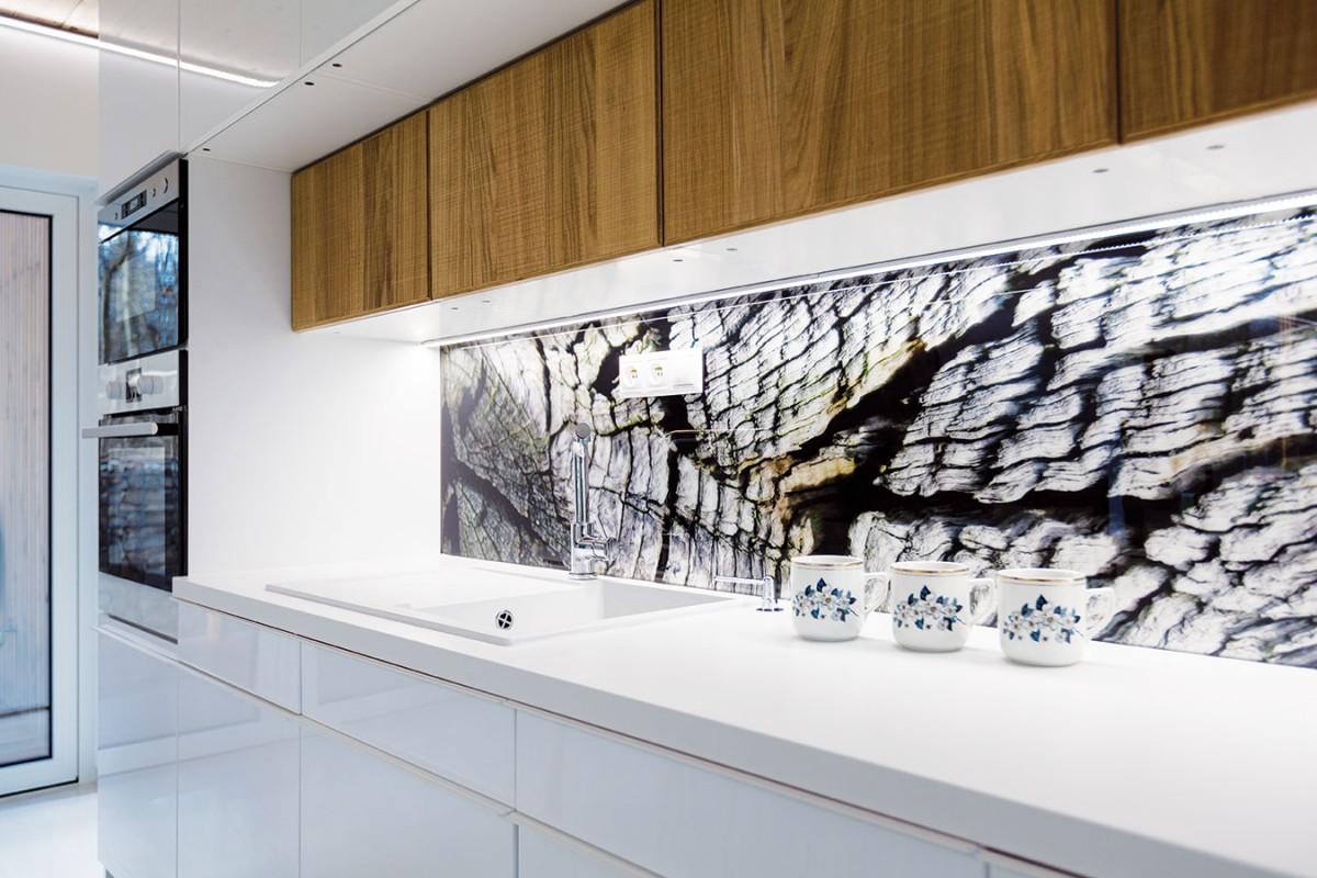 Kuchyňská zástěna je odkazem na prostředí, vekterém se dům nachází. Sestromy za oknem je tak interiér aexteriér propojen dokonale. Foto Dano Veselský