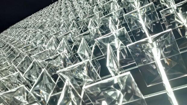 Preciosa Lighting už dávno není jen výrobce křišťálových lustrů. Na Euroluce 2015 představili inovinku jménem Ridge Stone - KUF od designérského dua Vacek & Šmíd. Je to systém modulové stavebnice komponentů dekorativního osvětlení pro bytové iveřejné interiéry. Základní modul systému orozměrech 500 x 500 mm je možné instalovat na stěny astropy jako dekorativní světelný obklad vykrývající velké plochy nebo jako jednotlivá svítidla. Unikátní osvětlení bylo krátce po svém zrodu oceněno prestižní americkou cenou za design IDA (Annual International Design). FOTO PRECIOSA LIGHTING