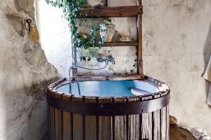 Vana vkoupelně v poschodí plní zároveň i roli ochlazovacího bazénku, bez něhož by požitek ze sauny nebyl úplný. Vede kněmu několik schůdků, přičemž samotný bazének zaujme především svým tvarem, inspirovaným lisem na víno. FOTO DANO VESELSKÝ