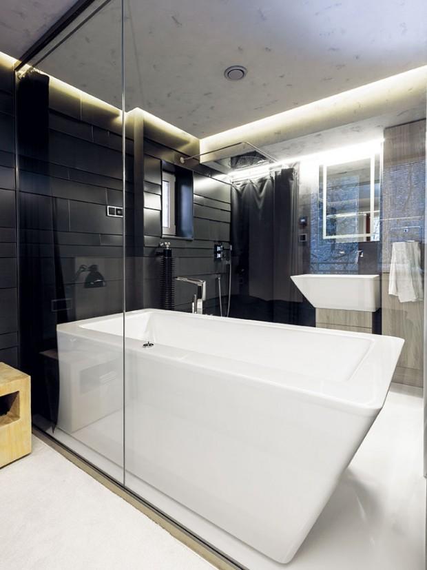 Elegantním bezrámovým zasklením docílil architekt nenásilné spojení dvou místností. Oběma tak dopřál dojem vzdušnosti i víc světla. FOTO DANO VESELSKÝ