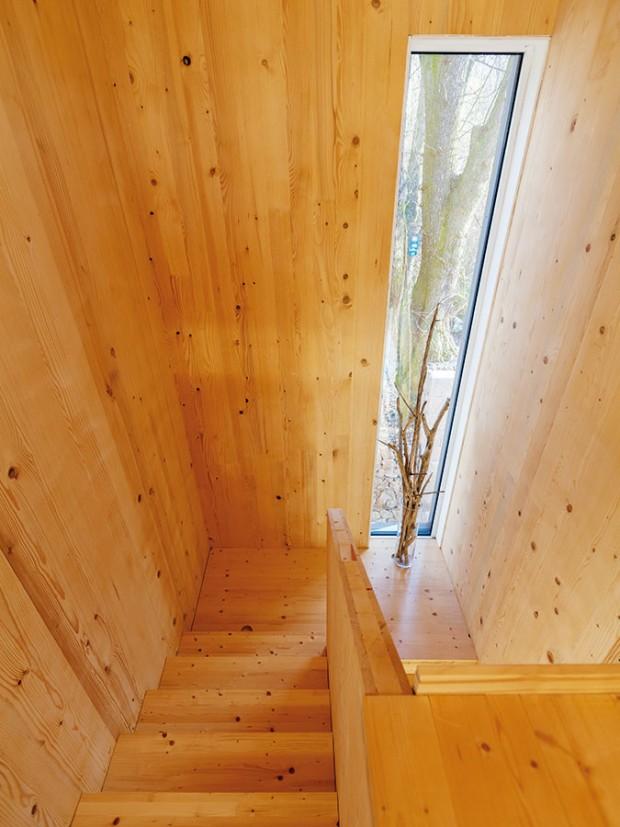 Surové dřevo mělo být původně ukryto pod obkladem, avšak po dokončení stavby se architekt rozhodl nechat ho ve velké míře přiznané. Foto Dano Veselský