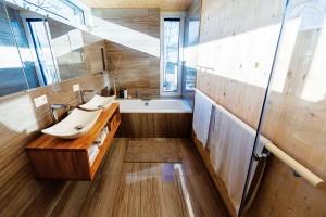 Koupelna orientovaná na východ ajih je téměř celý den prosvětlená přirozeným světlem. Netradiční rozměry aumístění oken jí navíc dodávají jakousi poetickou dynamiku. Foto Dano Veselský
