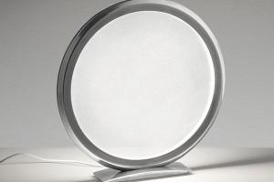 Malé velké kouzlo předvedla firma Artemide ajejich kolekce stolních svítidel Discovery vdesignu Ernesta Gismondiho. FOTO FOSCARINI