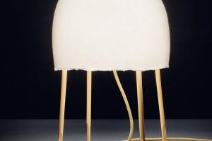 Medůza Kurage (design Nichetto aNendo) byla navržena pro Foscarini anás zaujala kombinací organického tvarování stínítka sretro nohami. Nicméně navzdory deklarované inspiraci zmořských hlubin nám připomíná spíše lampion štěstí. Přejte si něco! FOTO FOSCARINI
