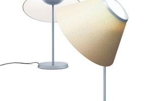 Další dáma sretro kloboučkem nese jméno Cappuccina ajejí autorkou je Inga Sempé pro značku Luceplan. Klobouček zopálového skla trůní na kovové nožce aukrývá úsporný, ale výkonný LED zdroj. Výrobce ji přináší na trh ve stolní istojací verzi ave čtyřech barevných variantách. FOTO LASVIT