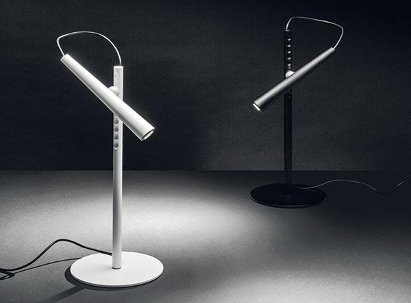 Značka Foscarini oprášila svoji ikonickou stolní lampičku apředstavila sérii Magneto vdesignu Giulia Iacchettiho. LED zdroj se dá díky magnetům nastavovat vertikálně ihorizontálně, neboli můžete si jej natočit vrozsahu 360°. FOTO FOSCARINI