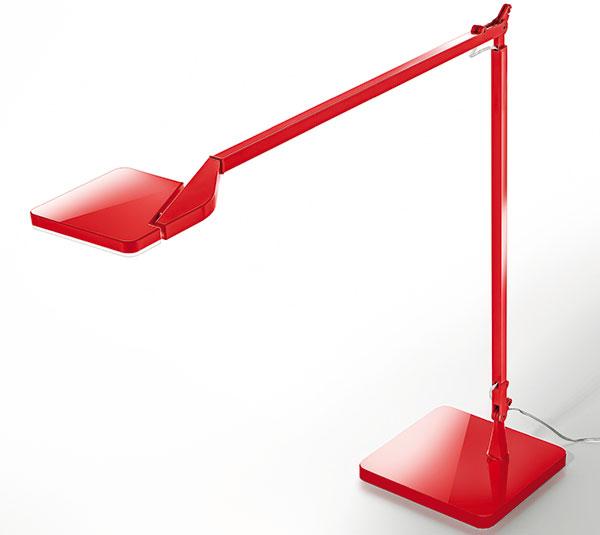 Aco na pracovní stůl? Třeba Jackie od Enza Panzeriho pro vlastní značku. Plynulé stmívání, přesné směřování světelného zdroje amoderní techno design včerné, červené, bílé atitanové verzi vprovedení jako stolní, stojací inástěnná lampa. FOTO PANZERI