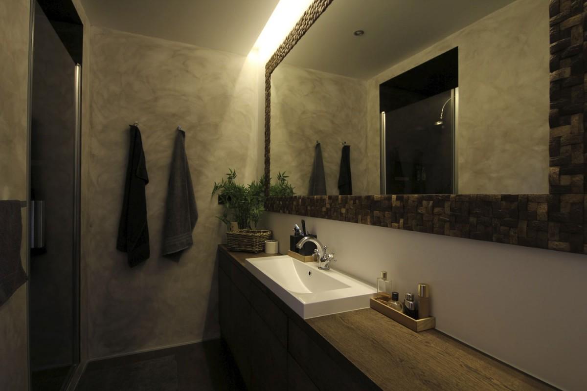 Koupelny jsou vplovoucím domě pro komfortní pobyt více lidí dvě. Ani zde nechybí dřevěné prvky, které se spolu se sklem askovem prolínají vcelém interiéru. FOTO EXWORKS
