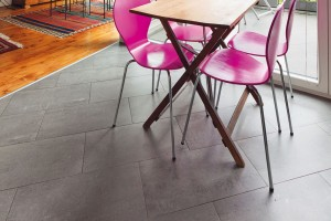 Finální nášlapnou vrstvu na suché podlaze může tvořit koberec, keramická dlažba (maximálně do rozměru 33 × 33 cm) i plovoucí parkety (dřevěné, laminátové nebo vinylové).