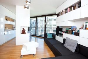 V obývacím pokoji udala směr volba sedací modulární pohovky Carmo od BoConcept, jejíž kubistický design designérku inspiroval knezvyklému propojení sobývacím nábytkem astropem, stěnou ipodlahou − tak, že působí vinteriéru jako kompaktní vestavný celek. FOTO PETR HOFFELNER
