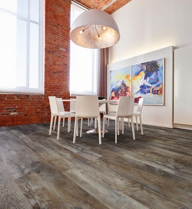 Kolekce Moduleo Select nabízí odolnou vinylovou podlahu s PUR povrchem a možností výběru z různých vzorů dřeva i dlažby. Vzor je autentický a neopakuje se, přirozený dojem podporuje i reliéfní povrch, který věrně imituje strukturu dřeva a kamene. Lepené lamely Moduleo Select 19,6 × 132 cm, tloušťka 2,35 mm, cena 499 Kč/m2. Lamely se zámkovým spojem Moduleo Select Click 19,1 × 131,6 cm, tloušťka 4,5 mm, cena 899 Kč/m2. (www.breno.cz)