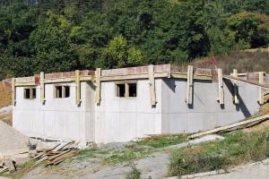 Bílá vana je v současné době často vyhledávanou alternativou řešení hydroizolačních systémů pro technologii zakládání stavby. Jedná se o vodonepropustnou betonovou konstrukci, u které železobetonová konstrukce přejímá vedle statické funkce nosné konstrukce i funkci hydroizolační (proti prosakující vodě). Beton pro vodonepropustné konstrukce PERMACRETE splňuje přísné požadavky na průsak hmotou, to znamená v ploše, svým složením navíc pomáhá omezit množství a šířku trhlin v konstrukci, způsobených objemovými změnami. FOTO ČESKOMORAVSKÝ BETON