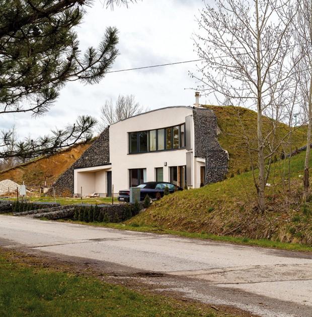 Dům do reálných podmínek. Na stavbu Krtkodomu je optimální jižní svah s mírným převýšením. Protože takový dům zároveň stabilizuje svah, je ideálním řešením i do kopcovitého terénu. FOTO DANO VESELSKÝ