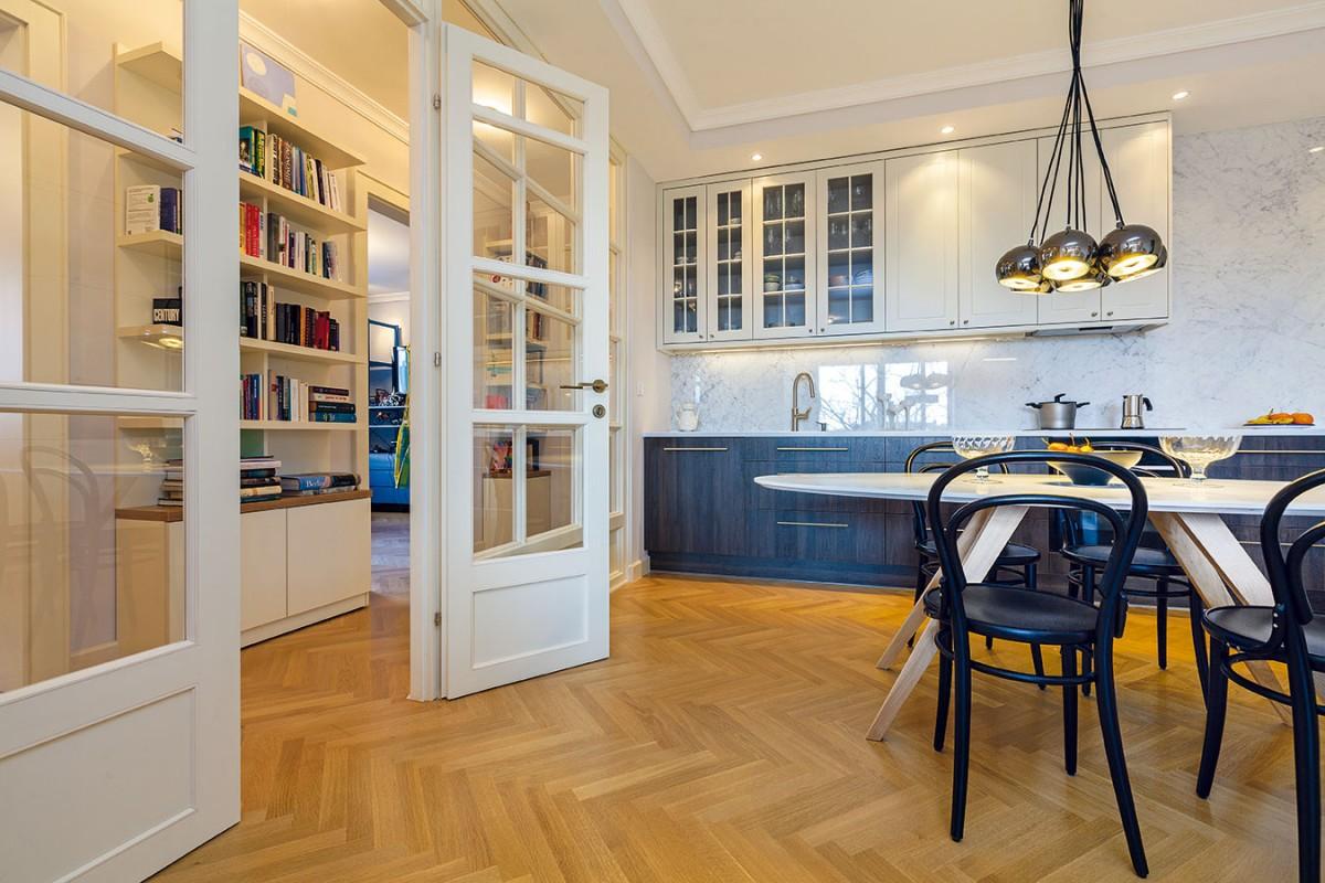 Nová spojení. Na obývák navazuje prostorná jídelna akuchyň. Velkou zasklenou stěnou spojila architektka denní zónu schodbou, která vede kdětským pokojům aložnici rodičů. FOTO DANO VESELSKÝ