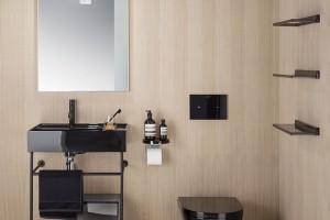 Neutrální odstíny šedé a béžové vládnou koupelnám, často v kombinaci s bílou. Toto spojení působí příjemně, něžně a čistě. Chcete-li však vnést do koupelny trochu vzruch, zvolte výraznější kombinaci s černými doplňky a sanitou. FOTO KARTELL BY LAUFEN