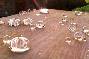 Nanotechnologická hydrofobní aolejofobní impregnace pracuje na principu lotosového efektu – účinná látka vytvoří na povrchu pórů akapilár transparentní ultratenkou nanovrstvu, významně však neovlivňuje difuzní vlastnosti pórů amateriál stále dýchá. FOTO IZOL-PLASTIK