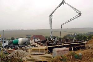 Ukládání čerstvého betonu je možné pomocí pístového čerpadla s výložníkem. V případě použití potrubí je možné beton čerpat až na vzdálenost až 120 m vodorovně a 30 m svisle. Minimální světlý průměr hadic je 125 mm. FOTO ČESKOMORAVSKÝ BETON