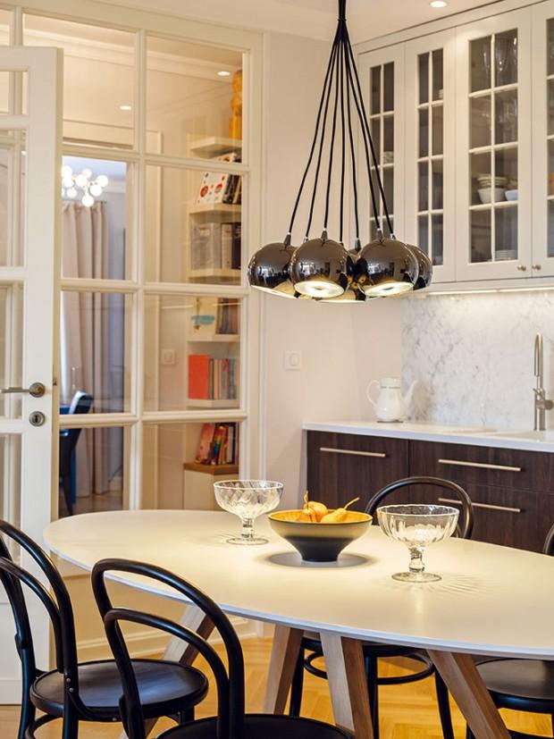 Kuchyňská linka poskytuje dostatek odkládacího prostoru, díky čemuž se tu snadno udržuje pořádek. Architektka ji nechala vyrobit na míru, stejně jako většinu nábytku a všechny dveře v bytě. FOTO DANO VESELSKÝ