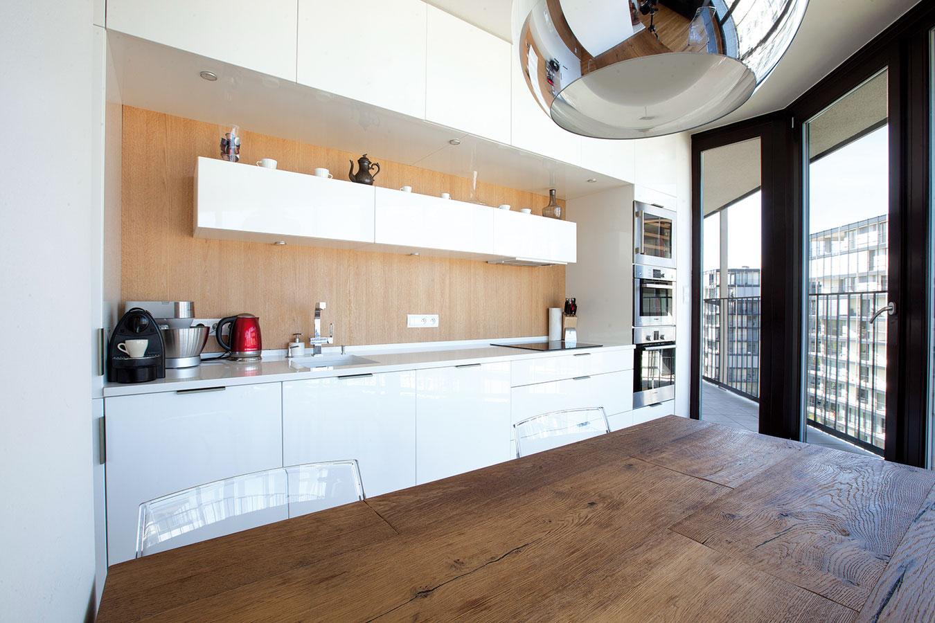 Kuchyň, kterou spolupráce mezi designérkou a majitelem začala, je provedena v bílé lesklé fólii.