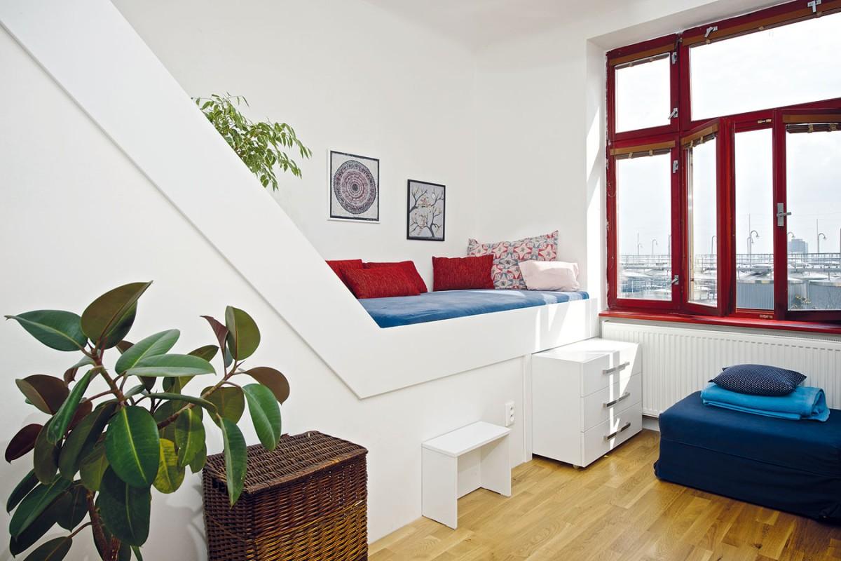Praktickou vyvýšenou postel, vyrobenou na míru, která je zároveň opravdu stylovým prvkem, si majitelka ihned zamilovala. FOTO IVETA KOPICOVÁ