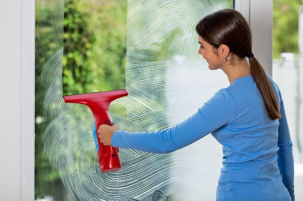 Mytí oken běžným způsobem je zdlouhavá a fyzicky náročná práce. Díky praktickým pomocníkům to však zvládnete během pár minut.