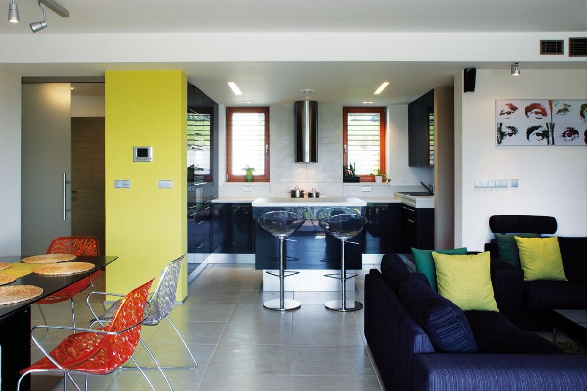"""Centrem domácnosti je otevřený denní prostor, který plní funkce obývacího pokoje, kuchyně ijídelny. Knejoblíbenějším místům vdomě patří právě kuchyně. """"Je to nejkomunikativnější část interiéru,"""" tvrdí Hana Liškutínová. """"Když přijde návštěva, trávíme zde mnoho času."""" FOTO ROBERT ŽÁKOVIČ"""