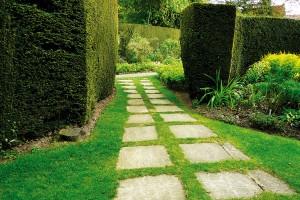 Se zpevněnými povrchy to při plánování zahrady moc nepřehánějte, cesty by měly propojovat pouze hlavní centra dění. Méně využívané trasy pokryjte třeba betonovými dlaždicemi nebo kamennými šlapáky. Umožní pohodlný pohyb i nerušené vsakování dešťové vody, navíc dobře vypadají. FOTO LUCIE PEUKERTOVÁ