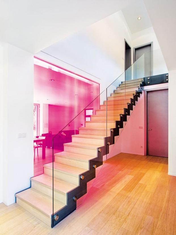 Schodiště bylo vytvořeno podle návrhu ateliéru 4a architekti. Vede do patra, které je řešeno jako galerie, anachází se tu tři ložnice, znichž každá má přístup na jižní dřevěnou terasu. FOTO IVAN BÁRTA