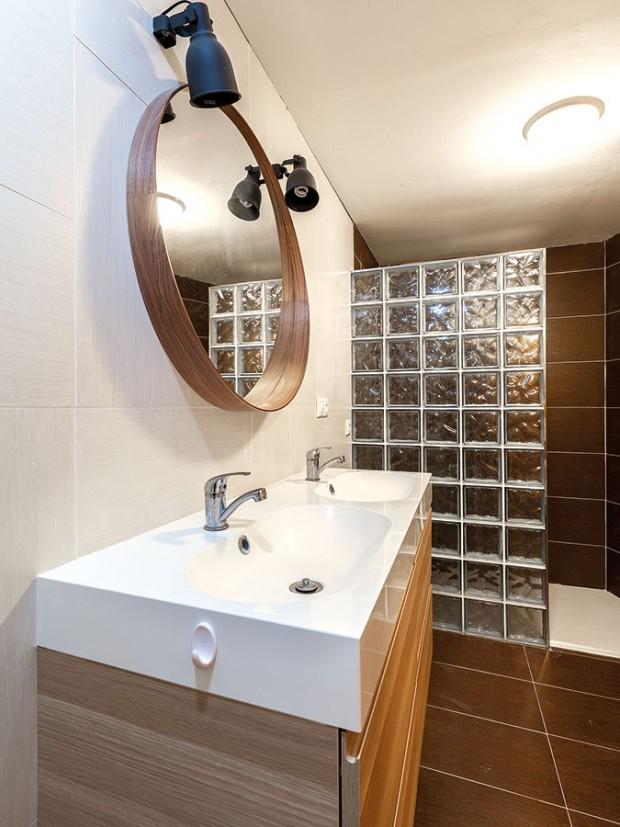 Praktická koupelna v přízemí. Místnosti, které nutně nepotřebují okno, jsou situovány směrem ke svahu. FOTO DANO VESELSKÝ