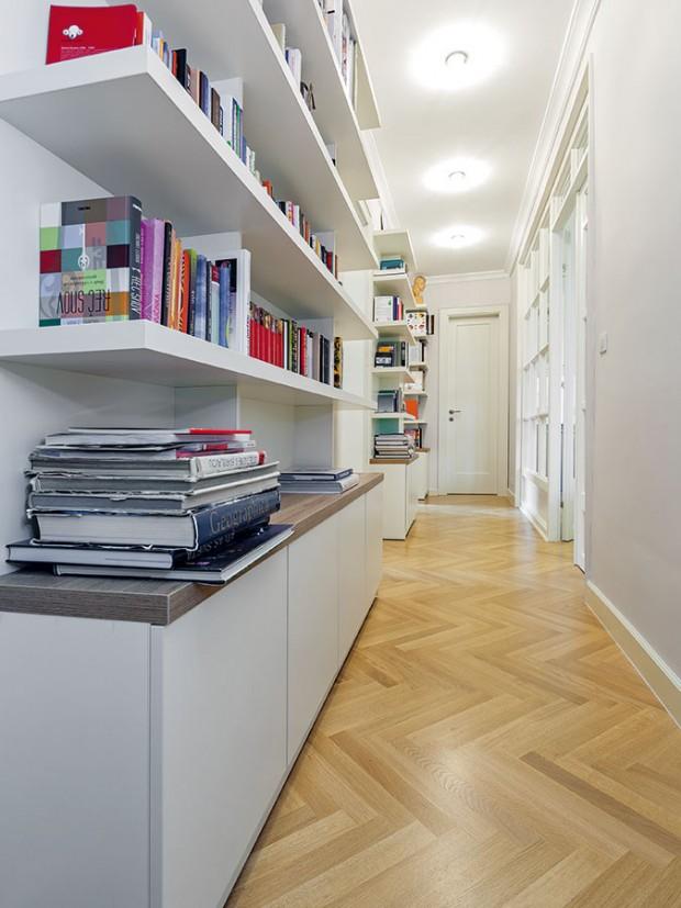 Dvě v jedné. Aby bylo kam uložit knihy, jichž je v této rodině nemálo, navrhla architektka chodbo-knihovnu. Dlouhá chodba, z níž se vchází do pokojů v noční zóně, tak dostala další praktickou funkci a zároveň atraktivní vzhled. FOTO DANO VESELSKÝ