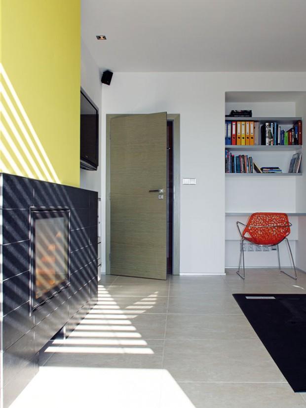 Oboustranný krb mezi obývacím pokojem aložnicí je originálním interiérovým prvkem. FOTO ROBERT ŽÁKOVIČ