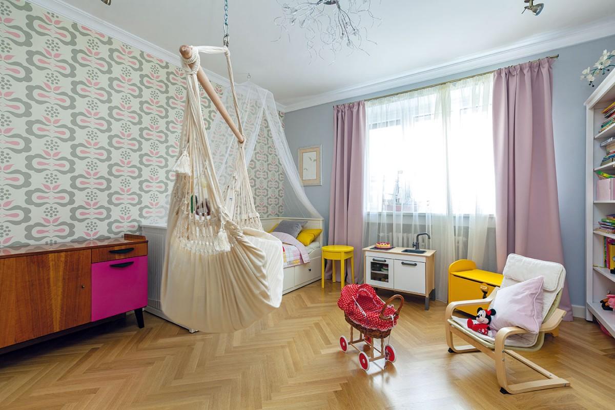 Namícháno s citem. V dětských pokojích se spolehli na praktický nábytek z IKEA. Základ – bílé police a postel, které už měli – doladili v dívčím pokoji jen několika novými kousky. O retro šmrnc se účinně postarala vzorovaná tapeta a autentická skříňka z Novoretra. FOTO DANO VESELSKÝ