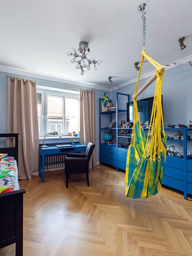 """Barevné ladění. V chlapeckém pokoji sladili různorodý nábytek novým nátěrem. Klasický """"ikeácký"""" policový systém, starší stůl a nová postel díky tomu vytvořily sladěný celek, který nebude těžké přizpůsobovat měnícím se požadavkům rostoucího dítěte. FOTO DANO VESELSKÝ"""