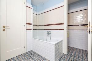 Z hlavní koupelny je přístupné oddělené WC. Původní ideu otevřené místnosti se vším potřebným vybavením domácí paní zavrhla, a tak musela architektka více zabojovat o prakticky vyřešený a vzdušně působící prostor. FOTO DANO VESELSKÝ