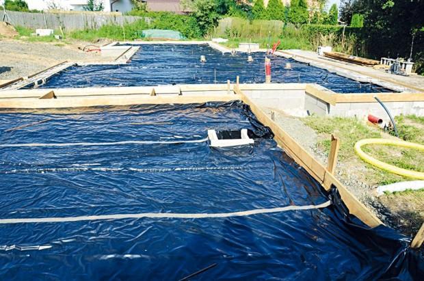 Příprava stavební plochy před betonáží pomocí drátkobetonu. FOTO ČESKOMORAVSKÝ BETON