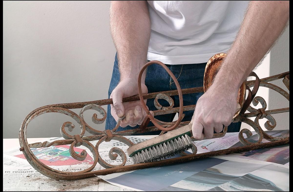 Rezavé kovové předměty zbavíme pomocí ocelového kartáče ajemným dočištěním brusným papírem rzi apoté je ošetříme buď základovou avrchní barvou, nebo barvou, kterou lze použít přímo na rez. FOTO AKZO NOBEL