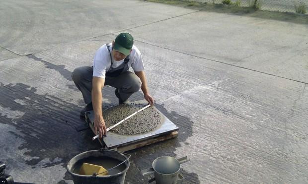 Na betonárně probíhá kontrola kvality betonu včetně odběru vzorků na kontrolní testy. FOTO ČESKOMORAVSKÝ BETON
