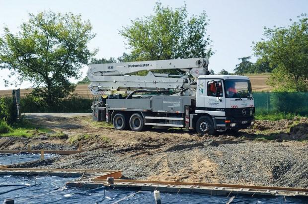 Příjezd čerpací techniky na stavbu. FOTO ČESKOMORAVSKÝ BETON