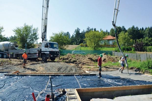 Začíná betonáž základové desky drátkobetonem. FOTO ČESKOMORAVSKÝ BETON
