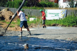 Na stavbě pokračuje betonáž současně se zpracováním betonu do roviny základové desky. FOTO ČESKOMORAVSKÝ BETON
