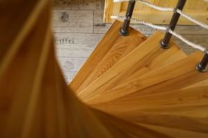 Po dřevěném schodišti se z centrálního obytného prostoru vystupuje do ložnic v poschodí. FOTO DANO VESELSKÝ