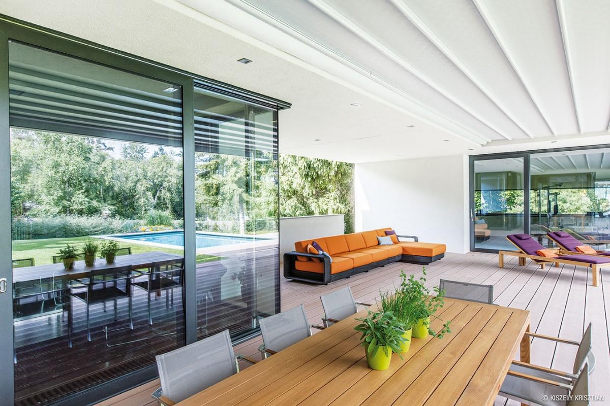 Vjednoduchosti je komfort. Prolínání okolí avnitřku domu je ideální situací na vytvoření velkorysé terasy na skok od bazénu iobýváku. FOTO KRISZTIAN KISZELY
