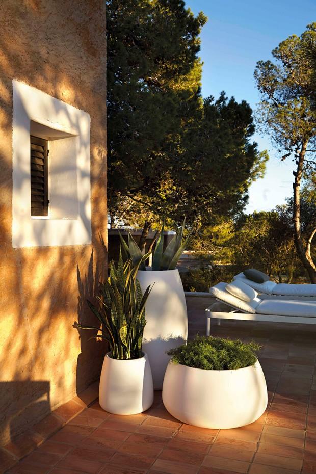Svítící květináče Sahara od značky Gandia Blasco, 100 % recyklovatelný polyetylen, více rozměrů i barev, délka kabelu 3,5 m, IP65, www.alax.cz, cena na vyžádání