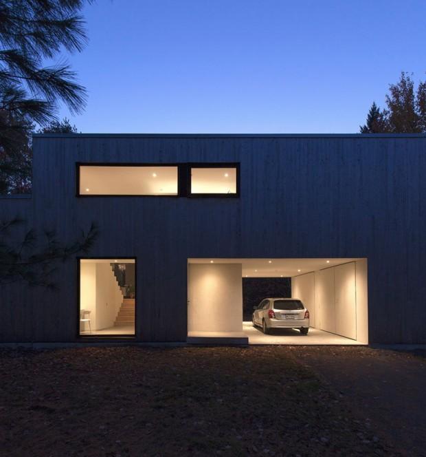 Dům je rozdělen do tří úrovní, z nichž každá slouží jiné funkci, což umožnilo vytvořit jasnou hierarchii prostor − oddělení intimní a společenské zóny. Foto: Maxime Brouillet