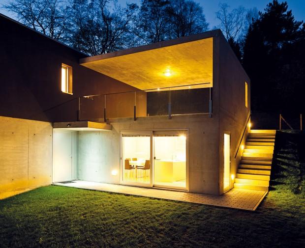 Zasklené plochy, které umožňují přístup na terasu, zároveň oživují architekturu domu, apokud jsou správně orientovány, přinášejí kromě příjemného prosvětlení prostor inezanedbatelné solární zisky. Není tedy důvod zkoumat proč, ale jak je zrealizovat. foto: thinkstock.com