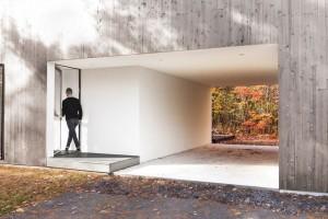 Bývalou garáž nahradilo parkovací stání, otevřené z obou konců, které celkovou strukturu stavby odlehčuje a umožňuje určitou transparentnost, která dává naplno vyniknout přírodě. Foto: Maxime Brouillet