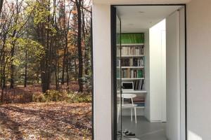 První zóna − zádveří s vestibulem a malou pracovnou − se nachází v přízemí a je dostupná přímo z parkovacího stání. Foto: Maxime Brouillet