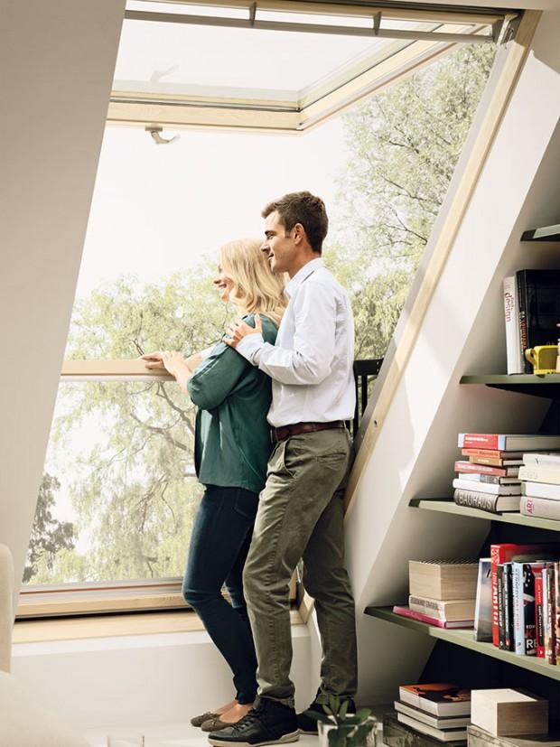 Stačí otevřít vrchní část, potlačit spodní astřešní okno se změní na balkon.